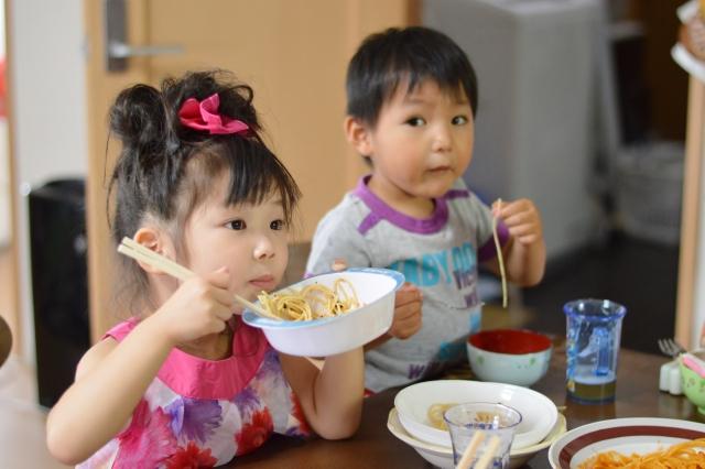 ごはんを食べている子どもたち