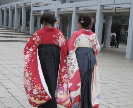 袴の後ろ姿