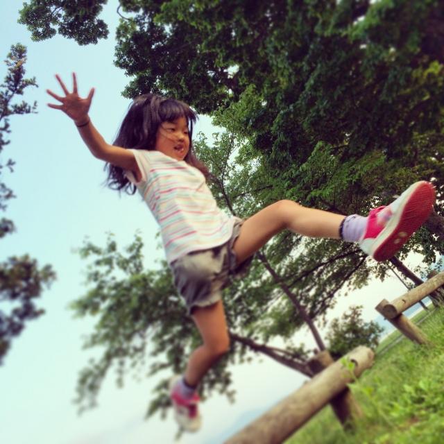 ジャンプする子ども