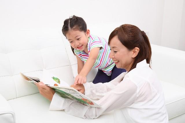 絵本を読んであげている親