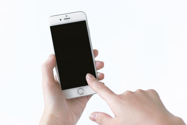 スマートフォンを触っている画像