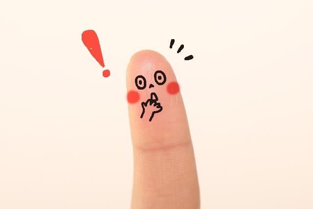 びっくりした顔の指