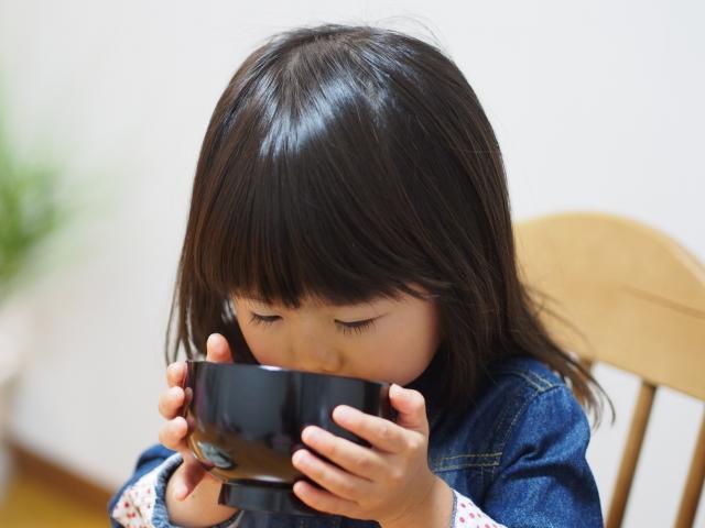 お味噌汁をのむ女の子