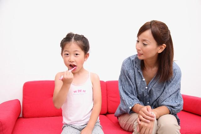 歯磨きしている親子