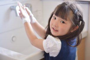 手洗いしている子ども