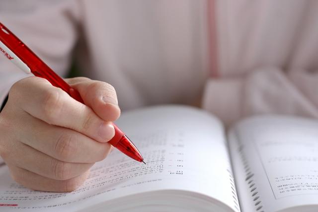 勉強をする人