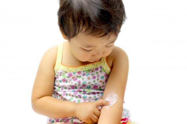 薬を塗っている子供