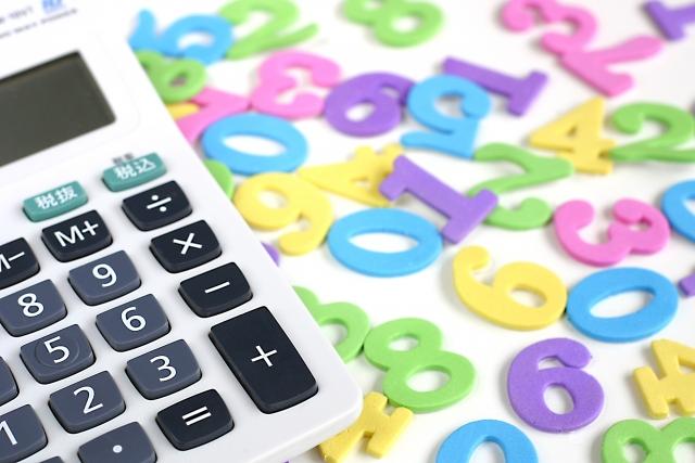 お金を計算している電卓