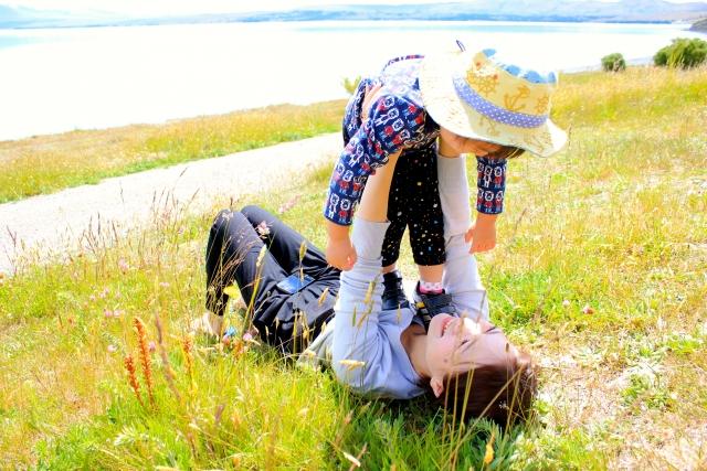 芝生の上の親子