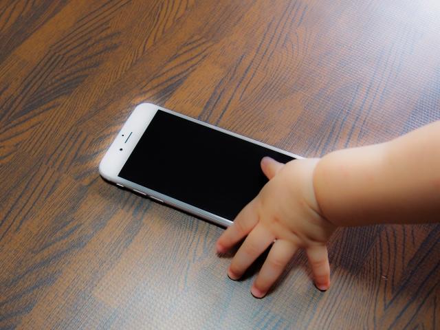 スマホと赤ちゃんの手