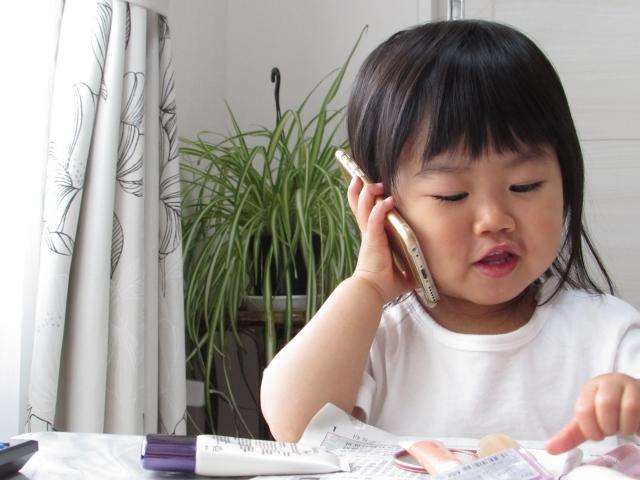 携帯で話をする子ども