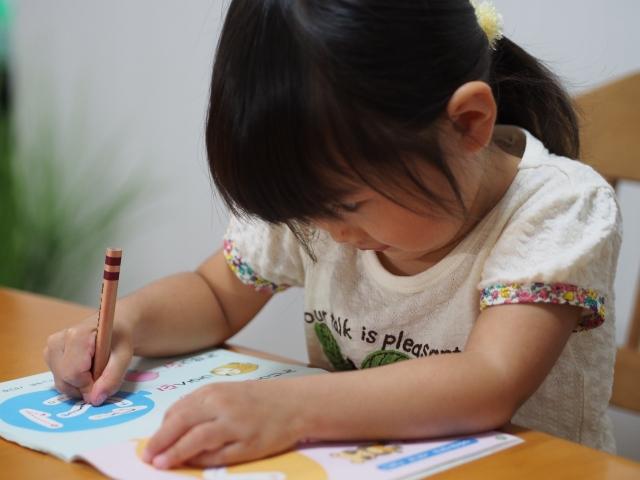 ひらがなをきれいに書いている子供
