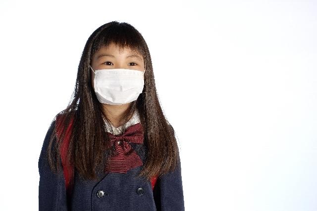 喘息で咳き込む女の子