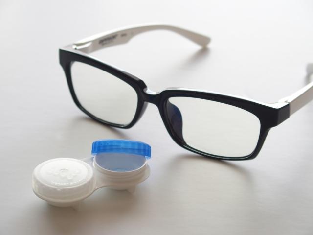 眼鏡とコンタクトケース