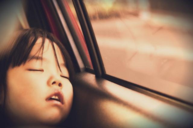 車で寝る子供