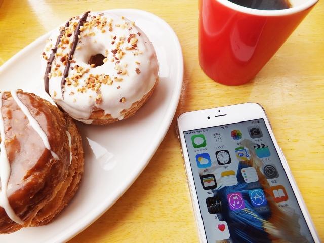 スマホとお菓子とコーヒー