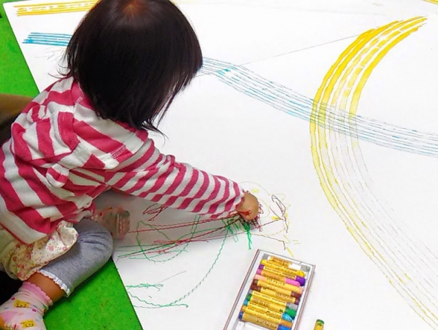落書きをする子供