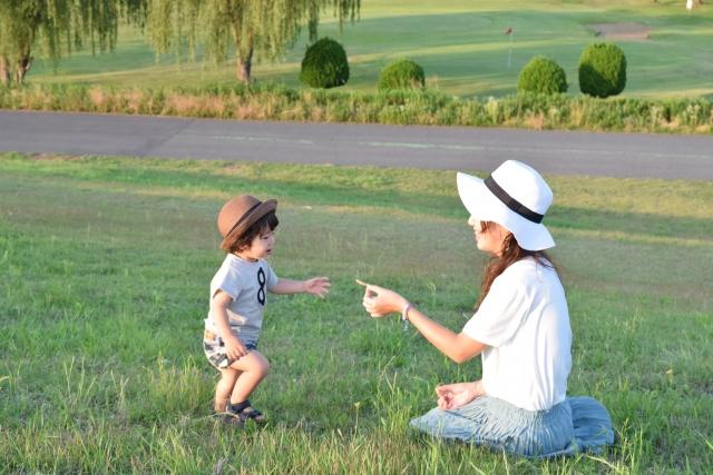 外で遊ぶ親子