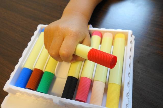 ペンを持つ子供の手