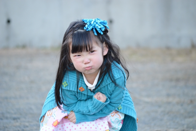 怒った子供の顔