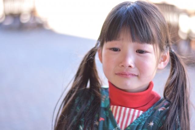 悲しい顔をした子供