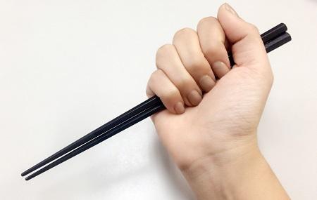 良くないお箸の持ち方例