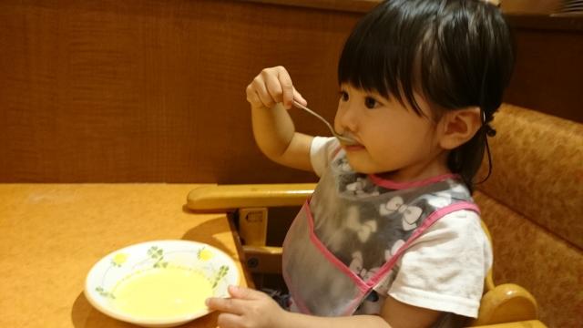 スープを飲む子供