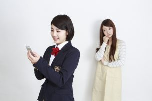 スマホを見ている女子高生