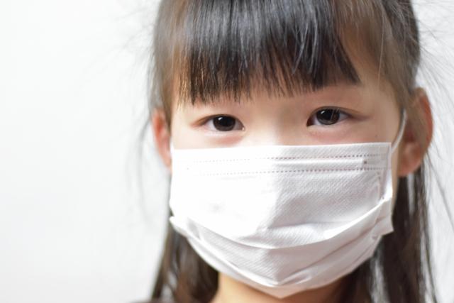 マスクをする子ども