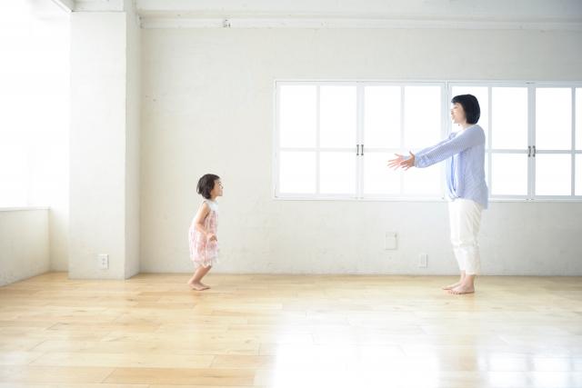 部屋で遊ぶ母子