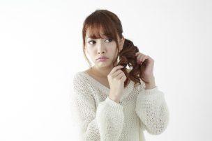 髪の毛を触る女の人