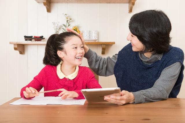 勉強する子供と親