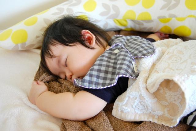 うつ伏せで寝る子供