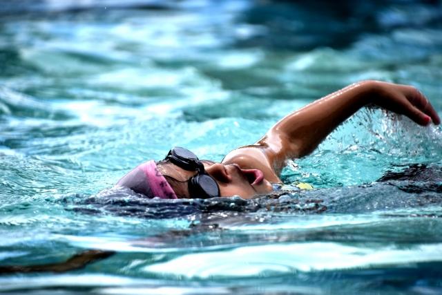 水泳する子供