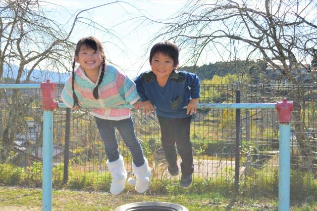 鉄棒で遊ぶ子供