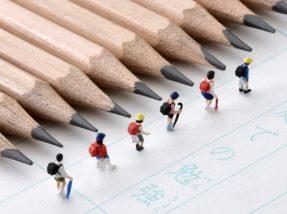 鉛筆と子供の人形