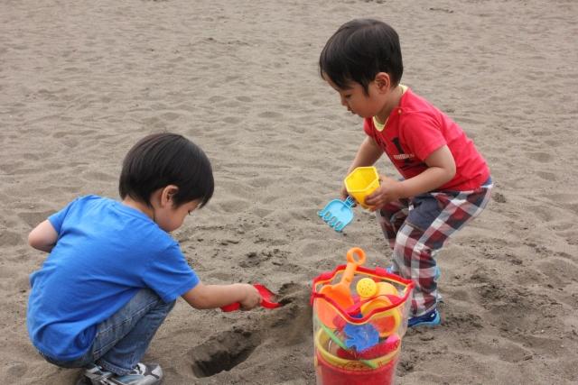 砂場で遊ぶ子供