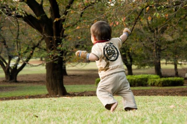 外で遊ぶ子供