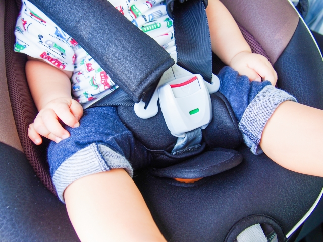 チャイルドシートに乗る子供