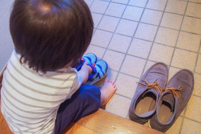 靴を揃える子供