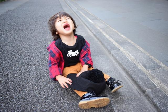 泣きわめく子供