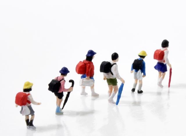 小学校の子供の人形