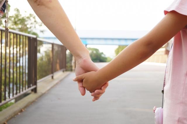 手を繋ぐ親子