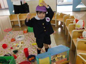 幼稚園で遊ぶ子供