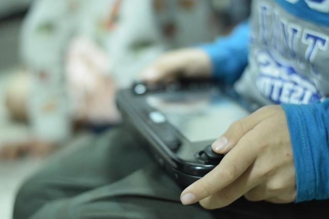 ゲームを持つ子供の手