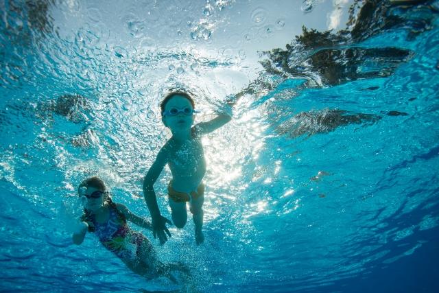 水中で遊ぶ子供