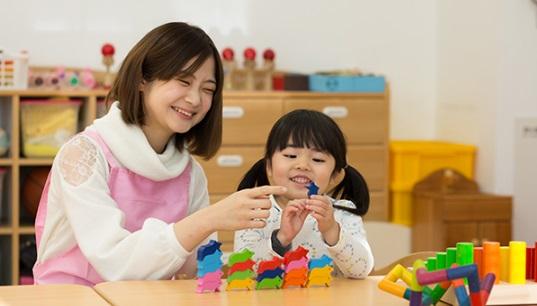 夜間幼稚園のスタッフと子供