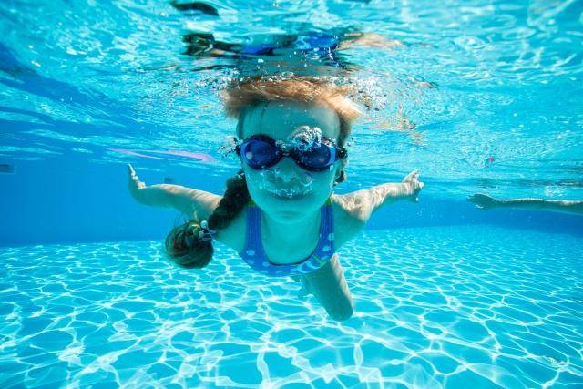 プールの中を泳ぐ女児
