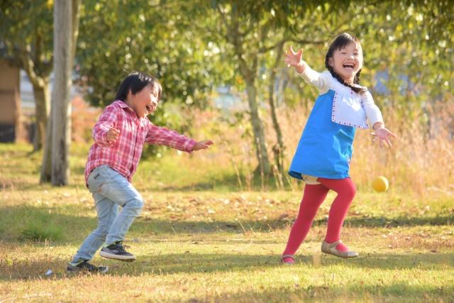 公園で遊んでいる子どもたち