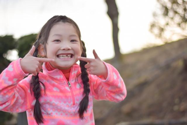 歯が生え変わる途中の子ども